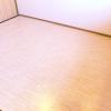 ミニマリストの部屋画像。カーペットを敷かない代わりにジョイントマット